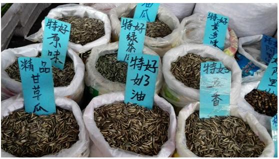广西新柳邕市场:春节临近 市场干果炒货生意红火